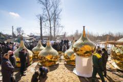 Под Казанью освятили купола для храма, который строит на свои деньги 81-летняя пенсионерка