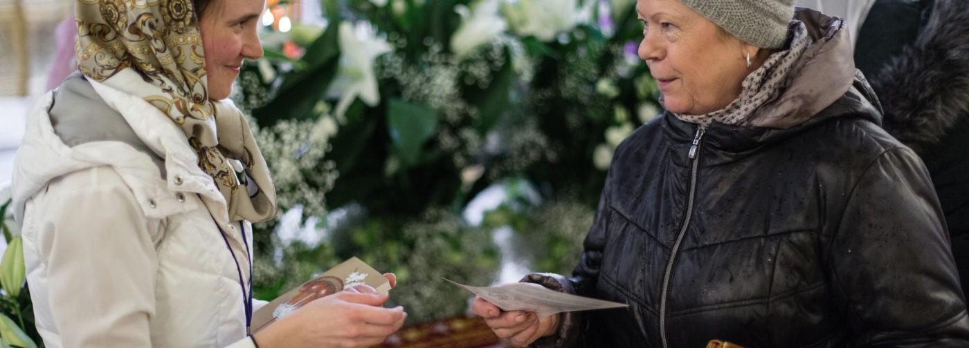 Присматривают невест, спорят и просто заходят в храм. Кого можно встретить у Плащаницы