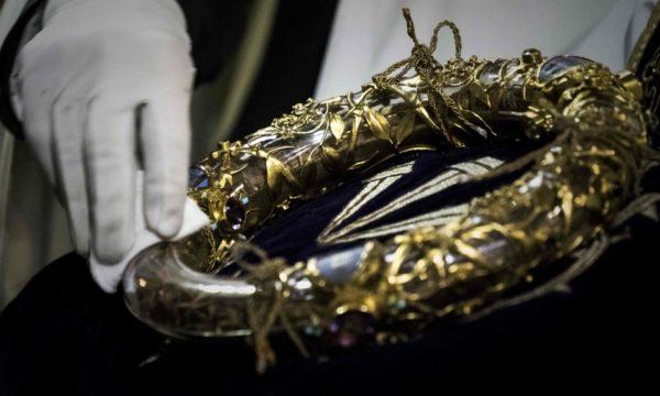 """""""Вошел в горящий собор вместе с пожарными"""". Священник вынес терновый венец из Нотр-Дама"""