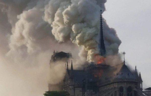 Из-за пожара обрушился шпиль собора Парижской Богоматери
