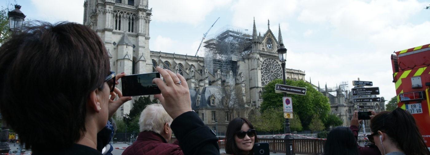 """""""Когда начался пожар, я очень разозлилась"""". Опаленные Собором — репортаж из Парижа"""