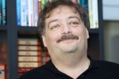 Минздрав: Писатель Дмитрий Быков остается в тяжелом состоянии