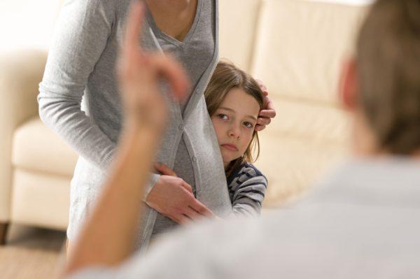 «Меня постоянно шлепали, и я вырос нормальным». Как найти общий язык, если у родителей разные методы воспитания