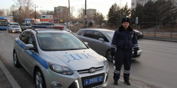 В Хабаровске инспектор ДПС спас человека из горящей машины
