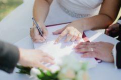 В России уменьшилось количество браков и разводов