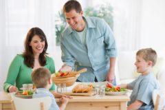 «Дела у нас не очень, но сегодня мы замечательно поужинаем». Как обеспечить своего ребенка добрым примером