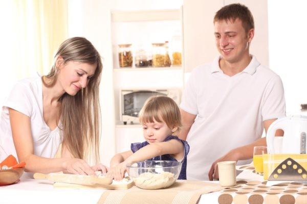 «Дорогая, отдохни». – «Нет, я испеку вам пирог». Чему учится в семье наш ребенок