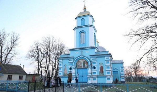 Представители новой украинской церкви захватили храм УПЦ в селе Птичья