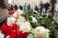 Жители Петербурга приносят цветы к станции метро, где два года назад произошел теракт