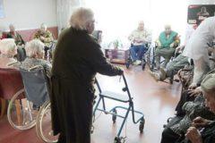 """В России начнут создавать систему """"домашнего"""" ухода за пожилыми людьми"""