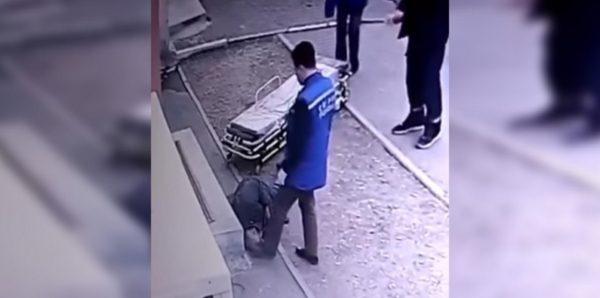 В Благовещенске уволили врача скорой помощи, проверившего состояние пациента ногой