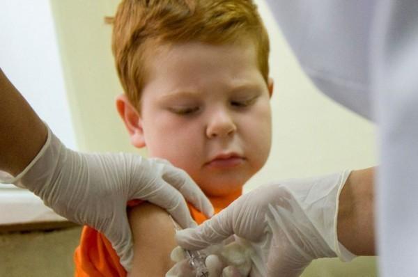 «Врачи убеждают нас делать прививки, но…» Педиатр Сергей Бутрий о том, как родителям выбирать в условиях такой медицины