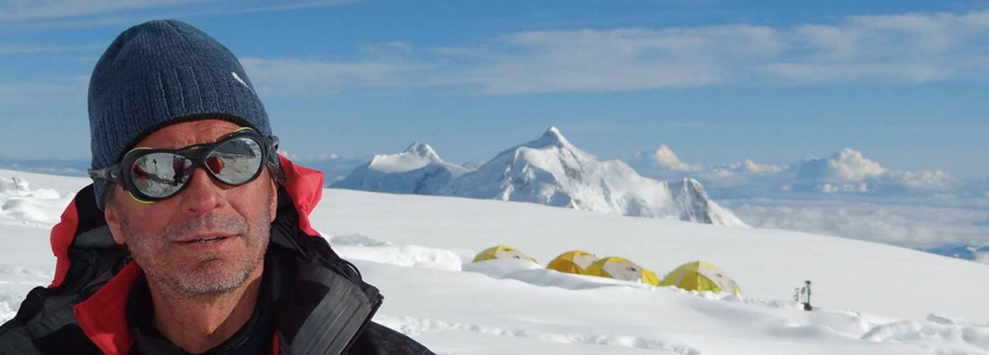 Люди решили, что могут купить Эверест. С начала года на вершине погибли уже 20 человек