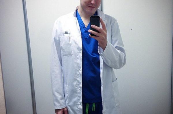 Фото врача консультирующегося  по телефону