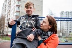 Сын сворачивался в колесико и катался по кровати. Но нужно сделать так, чтобы жить, а не страдать
