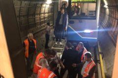 Втоннеле московского метро застряли три поезда, из них эвакуируют более тысячи пассажиров