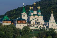 В Нижнем Новгороде мужчина ворвался в Печерский монастырь с пистолетом