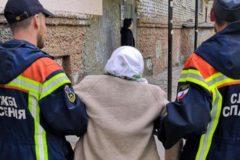 В Саратове спасли пенсионерку, которая выпала с девятого этажа и повисла на кондиционере