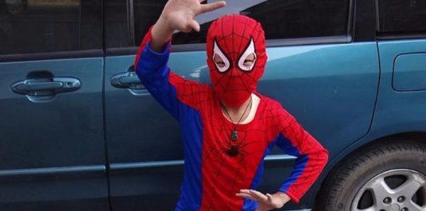 В Тбилиси мальчик в костюме Человека-паука упал с восьмого этажа и выжил