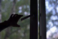 На Сахалине прохожие поймали на растянутое одеяло ребенка, упавшего с четвертого этажа