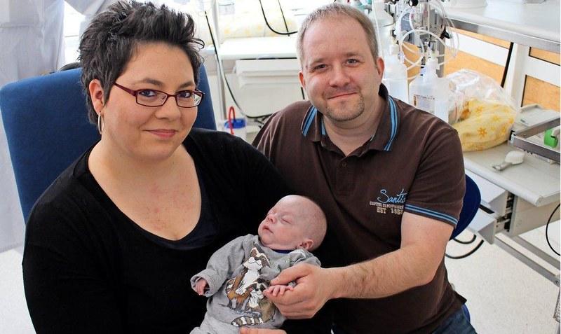 Мальчик на ладони и девочка, как пакетик сока. В Баварии и США врачи выходили детей массой 280 и 245 граммов