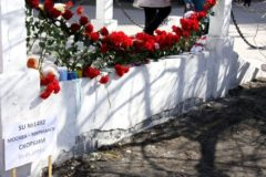 Жители Москвы и Мурманска несут цветы к стихийным мемориалам в память о погибших в Шереметьеве
