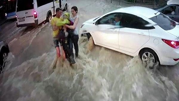 В Севастополе нашли героев, которые спасли унесенного потоком воды ребенка