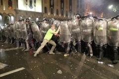 В Тбилиси во время ночной акции протеста пострадали более 50 человек