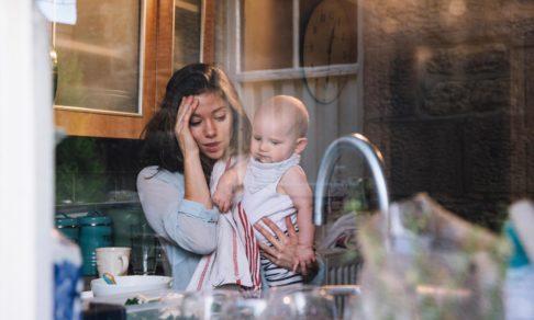 «Сцеживалась, рыдала, а потом отшвырнула ребенка». Есть ли образцовые матери, которых это не коснется?