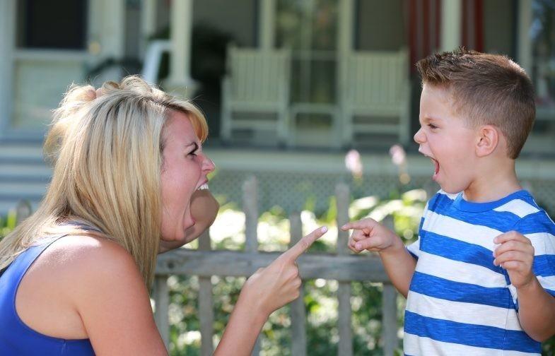 «Можно вам помочь?» Остановить орущую мать и не навредить ребенку