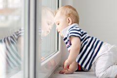 Минстрой обяжет застройщиков устанавливать ограничители на окна для безопасности детей