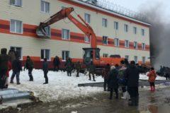 На Ямале строители спасли во время пожара троих человек с помощью экскаватора