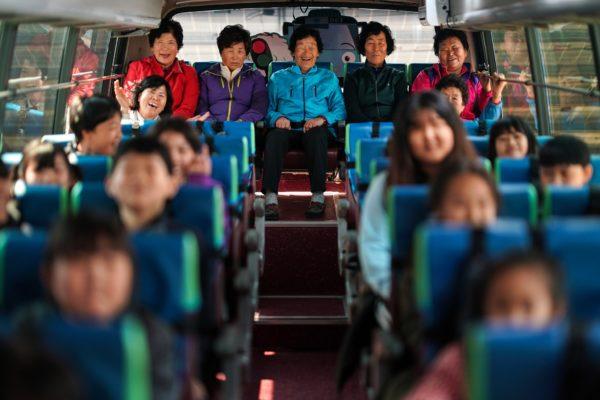 «Писать письма своим детям – вот о чем я мечтала». В Южной Корее бабушки ходят на уроки вместе с внуками