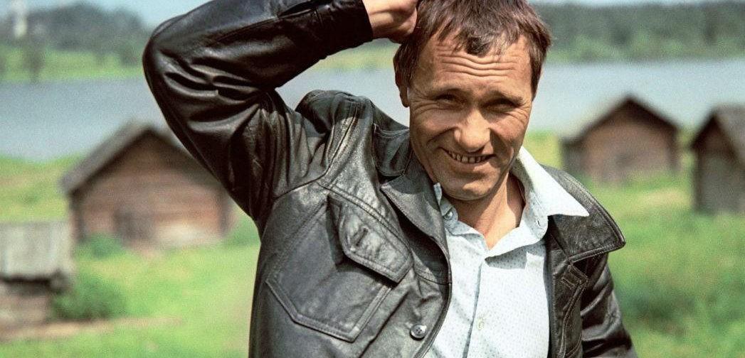 Жил такой парень – Василий Шукшин. Прожженный в Париже плащ и калина красная на могиле