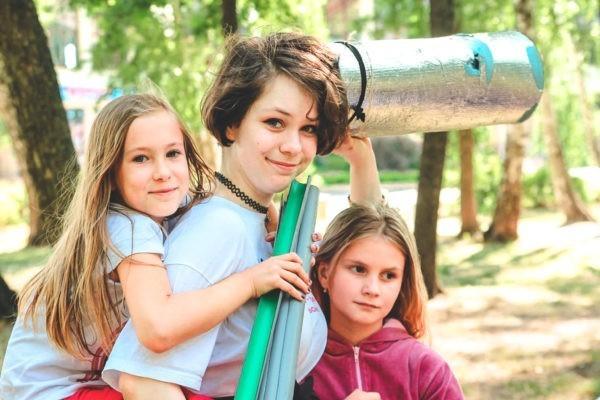 «Расскажите детям, как вас мазали пастой». Как подготовить ребенка к первой поездке в летний лагерь