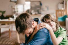 """""""Когда я заплакала, сын обнял меня"""". Почему проявлять эмоции перед детьми нормально"""