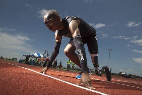 На соревнованиях он упал, а протез развалился на части. Но парень без ноги продолжил бегать и вошел в историю