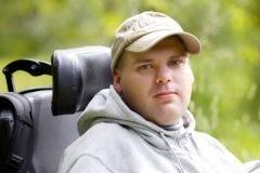 Антон мечтает помогать маме. Он защищал диплом в инвалидном кресле, но сейчас кончились лекарства