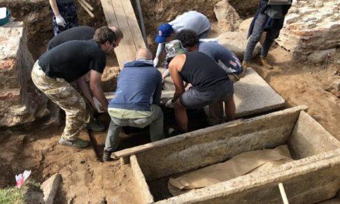 В новгородском монастыре нашли каменные саркофаги домонгольского периода