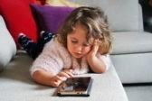 Дети живут в мире экранов. Не отбирайте у них смартфоны, а сделайте их своими помощниками