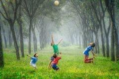 «Он сотворил свет, детей, небо, землю, траву и позволил играть на ней». Что значит – «быть как дети»
