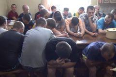 """В Омске освободили пациентов реабилитационного центра, где """"лечили"""" наручниками и избиениями"""