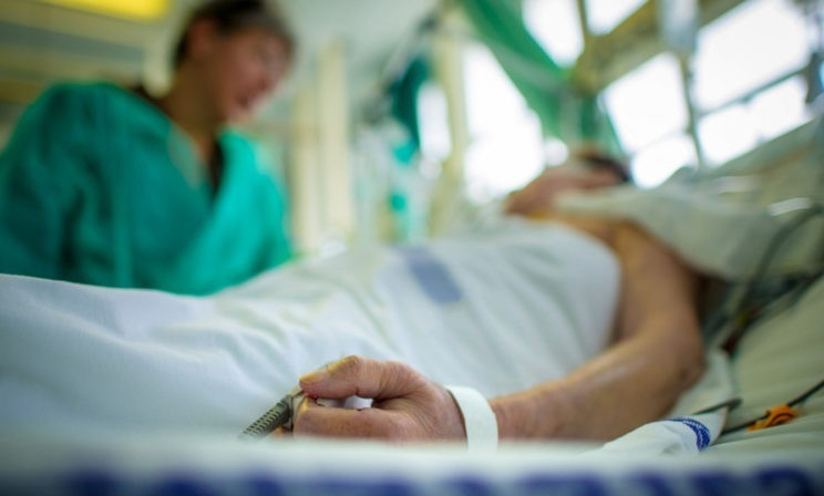 Она достала фото сына и поднесла к глазам мужа. Но все в больнице поняли – больше не придет