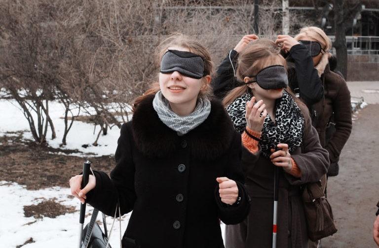 «Такой Петербург вам не покажут». Что можно узнать о городе и людях на экскурсии с незрячим гидом