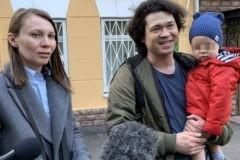 Детский омбудсмен попросит не лишать родительских прав пару, пришедшую на акцию с ребенком