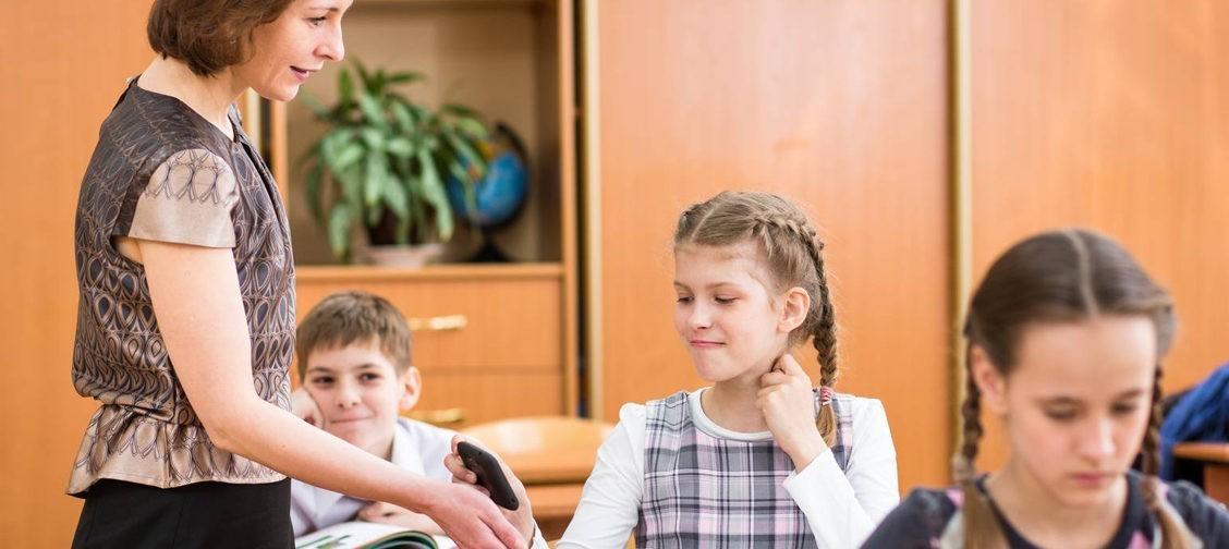 «Наших детей обидят и в этот раз». Андрей Максимов – об идее отнять у школьников смартфоны