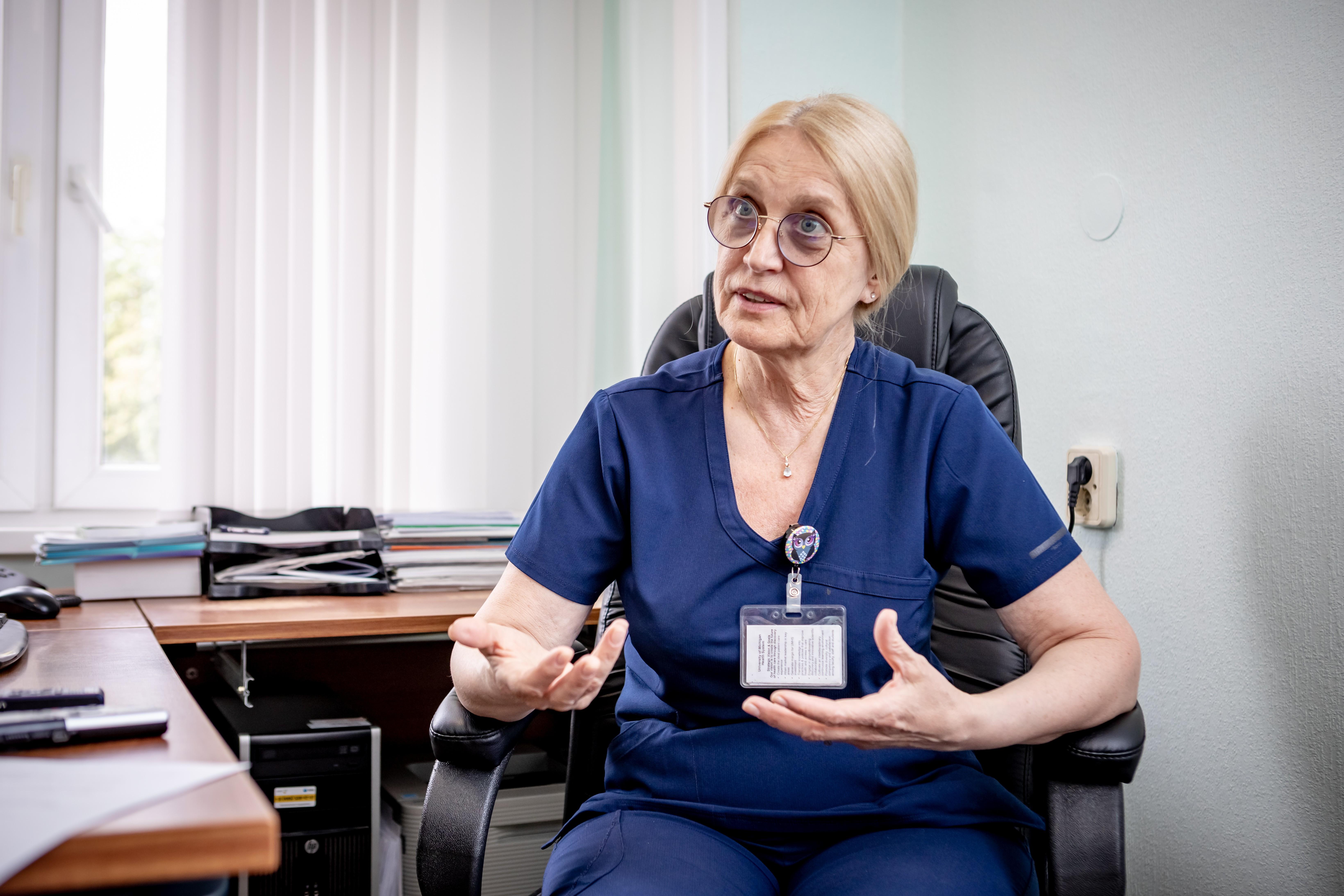 Делом всей жизни детского хирурга-комбустиолога Людмилы Будкевич стала врачебная специальность, которую не выбирают добровольно. Из которой как можно скорее бегут, если уж волей обстоятельств случилось в ней оказаться. Руководитель ожогового центра московской больницы №9 имени Г. Сперанского Людмила Будкевич рассказала, почему ожоговые больные – самые тяжёлые в хирургической практике, о том, как ещё 30 лет назад врачи воспринимали работу в ожоговых центрах как наказание и о заваленных пеплом детских вещах на месте страшнейшей в истории нашей страны железнодорожной катастрофы под Ашой.