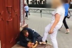 В Перми уволили чиновницу, прогнавшую бездомного пинками