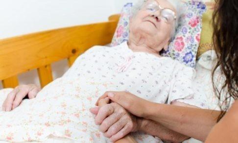 «Главное — взять маму к себе». Какие вопросы стоит задать себе до переезда пожилого человека в ваш дом