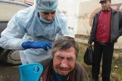 «Я сдал металлолом, а деньги — на бинты для бездомных». Сколько доброты можно встретить, когда лечишь людей на улице